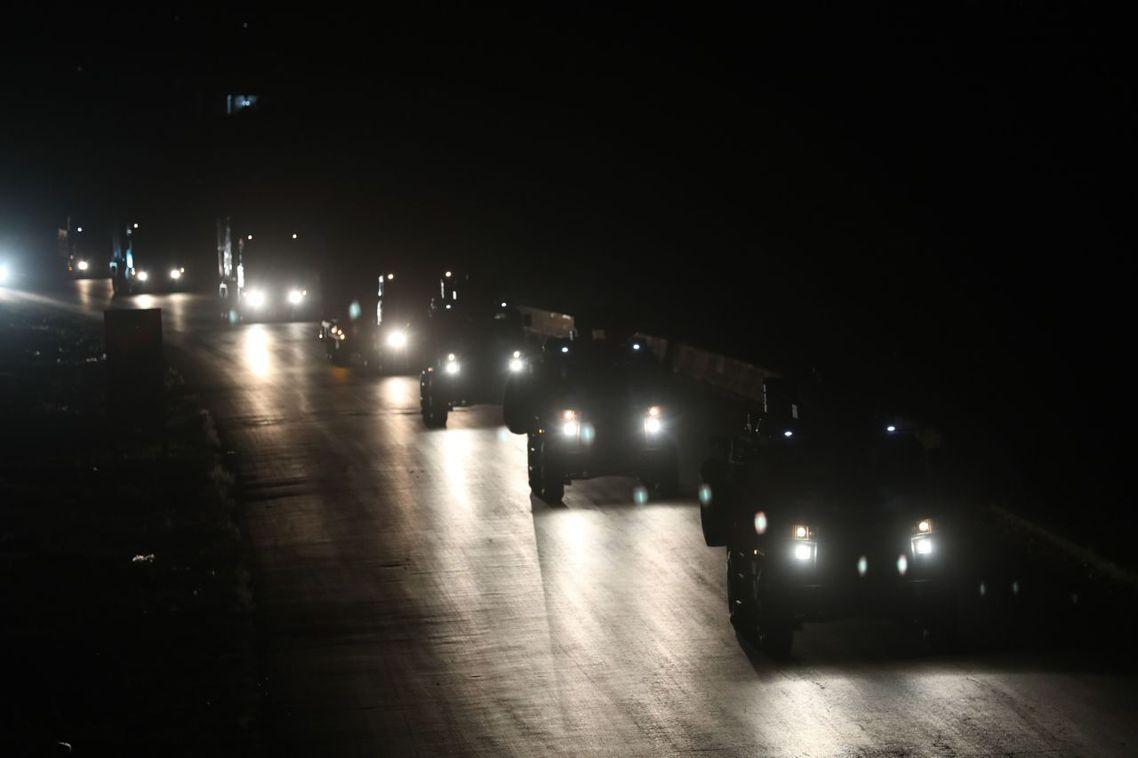 圖為27晚,土耳其增援部隊開進敘利亞。 圖/法新社