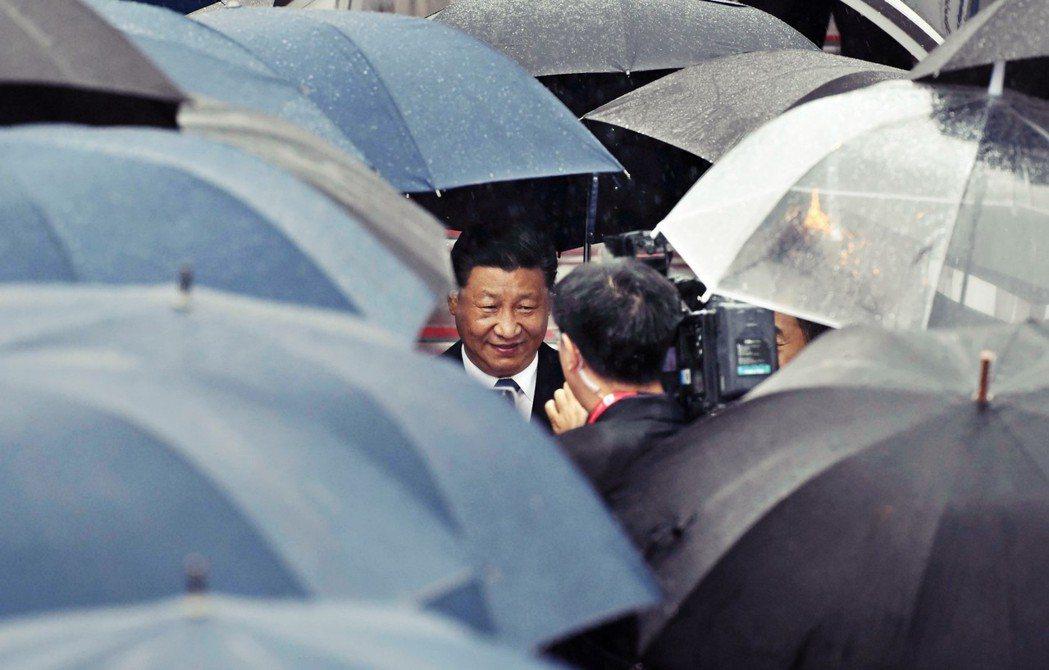 圖為赴日參加G20、被雨傘包圍的中國領導人習近平。中國政府日前發言表示,拒絕在G...