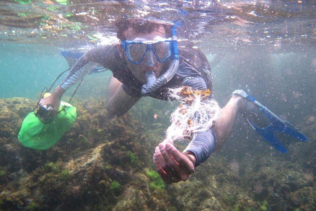 愛上海的陳人平,時常在海裡看見大片塑膠。 圖/海湧工作室提供