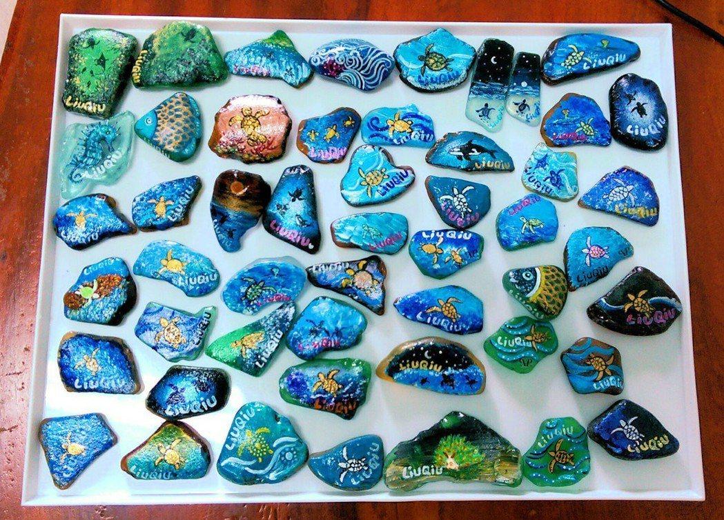 海湧工作室和駐點小琉球的藝術家合作林珮瑜合作,利用廢棄玻璃彩繪成「海灘玻璃」,吸...
