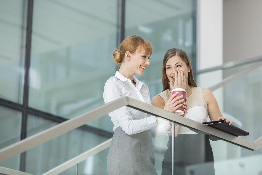 職場女性上班聊八卦。ingimage示意圖