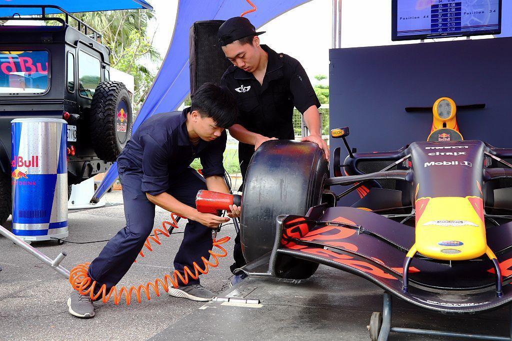 進站換胎是F1賽車必要的過程,當Red Bull賽車車隊準備維修區的進站工作時,...