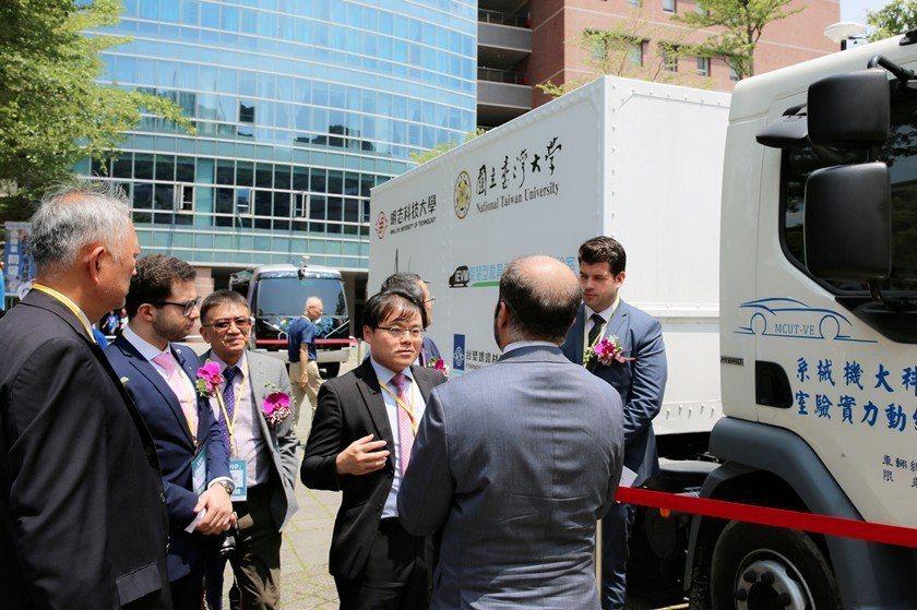 台大機械系副教授李綱(右二)向杜拜全球自駕運輸挑戰賽官方代表團介紹參賽車輛。 曹...