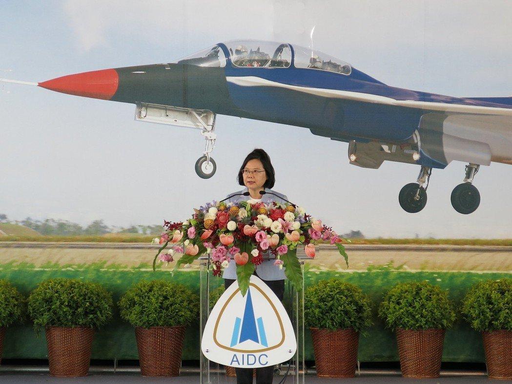 總統蔡英文主持漢翔新式高教機宣告正式組裝開架。 圖/聯合報系資料照片