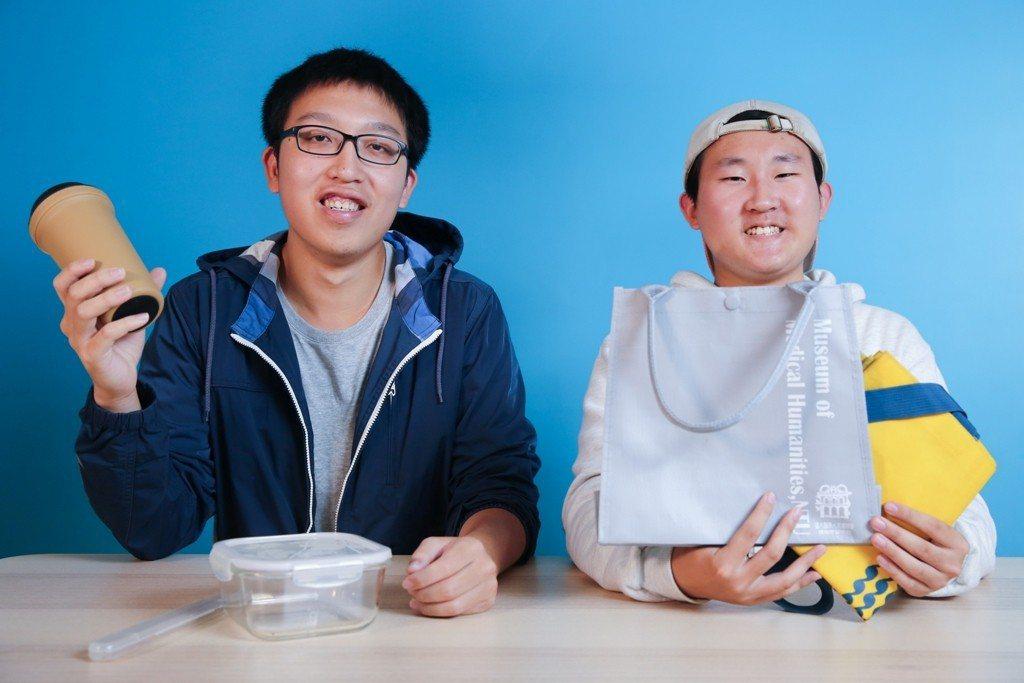 李哲宇(左)、林軒佑(右)兩位先後加入「Ubag二手袋循環計畫」,也從最初的環保...
