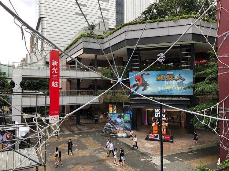 新光三越信義店的蜘蛛人造景。圖/新光三越提供