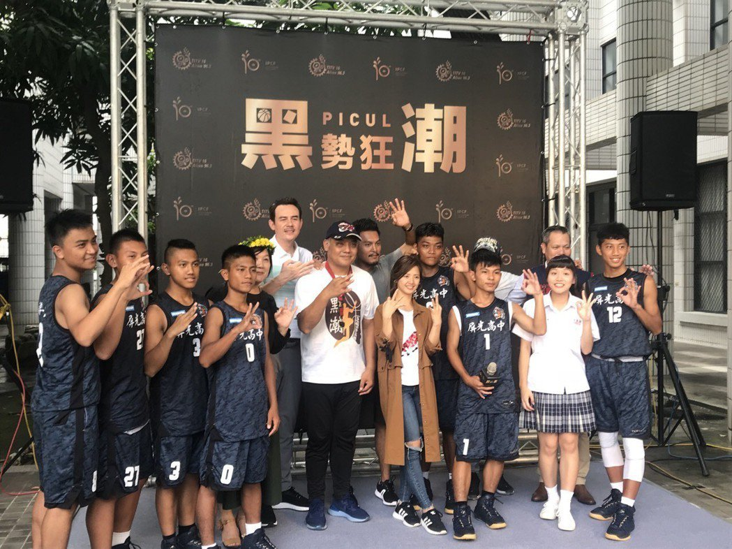 原文會第一部迷你劇集「黑勢狂潮」在屏東開拍,籃球博士鄭志龍(左後六)將客串演出。