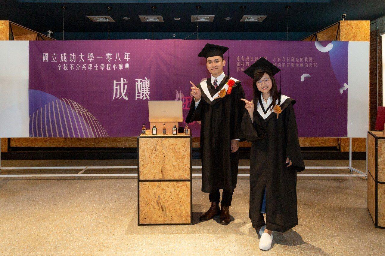 成大不分系首屆畢業生侯智薰(左)與史蕓瑄(右)。圖/成大提供
