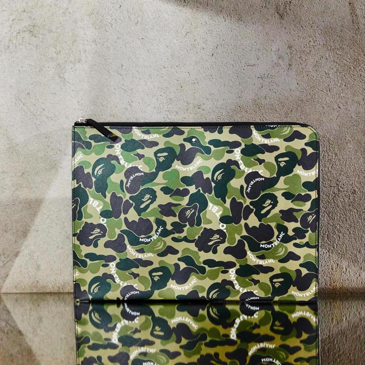 MONTBLANC x BAPE®聯名系列手拿包,價格未定。圖/萬寶龍提供