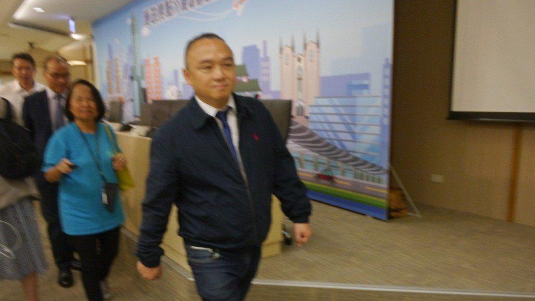 記者會後,高市府觀光局長潘恒旭快步離去。 記者徐白櫻/攝影
