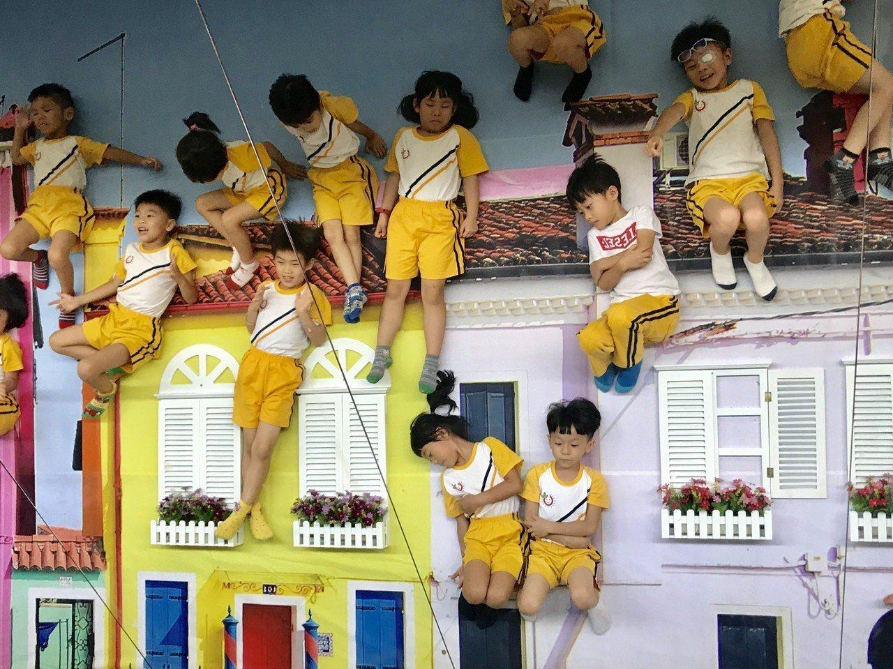 屏東藝術館中3樓義大利彩色島的鏡射屋,彷彿飄浮在空中,小朋友玩得很開心。記者江國...