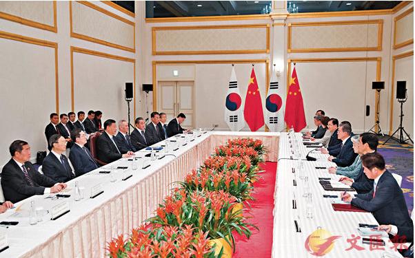 廿七日,習近平會見南韓總統文在寅,強調中方支持新一輪美國北韓領導人會晤。 (新華...