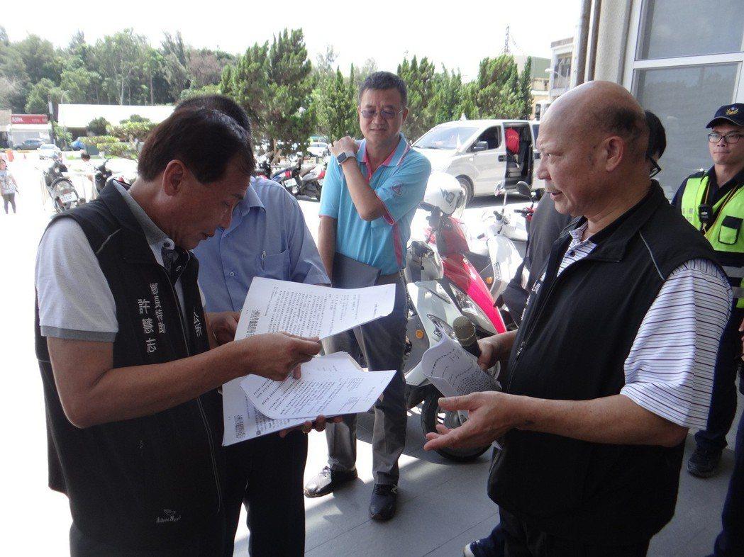 麥寮鄉長蔡長昆(右)出示公文說明理賠金作業相關公文向鄉民說明,並要台塑給地方一個...