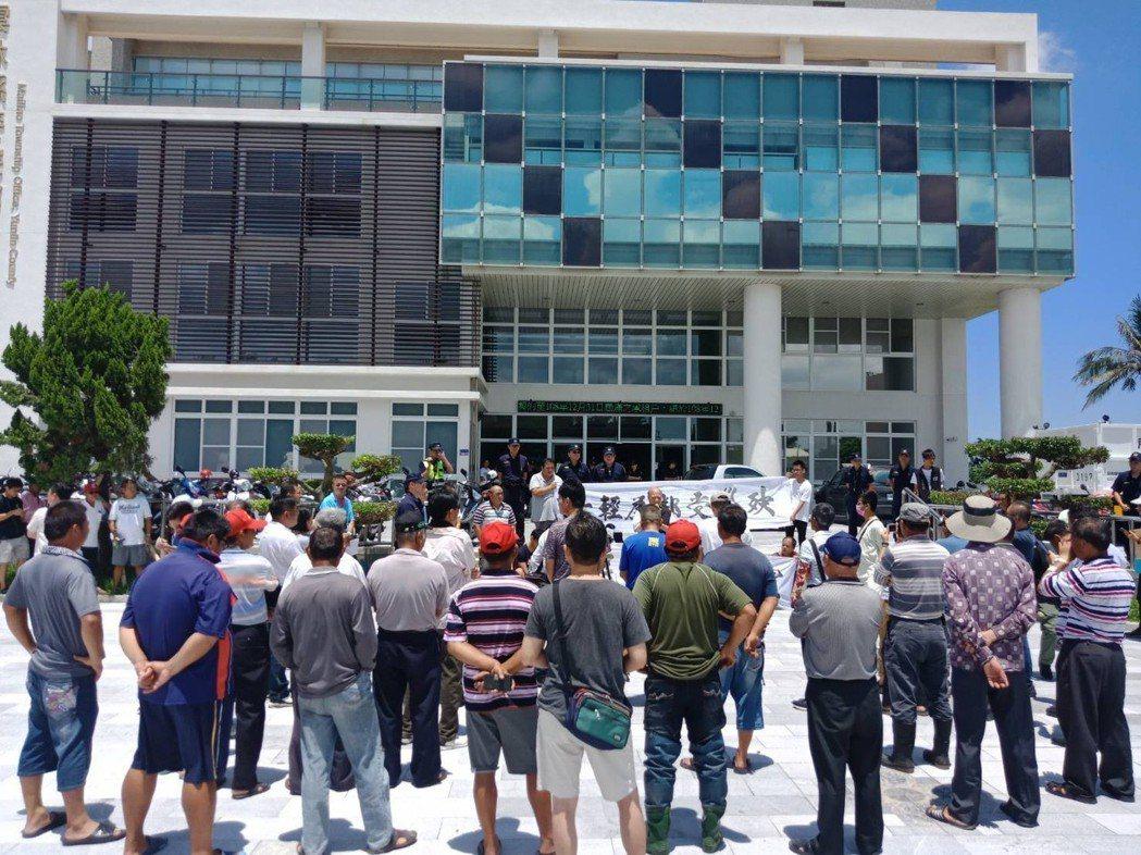 六輕氣爆理賠再生枝節,今天麥寮鄉民到鄉公所舉布條抗議理賠不公。記者蔡維斌/攝影