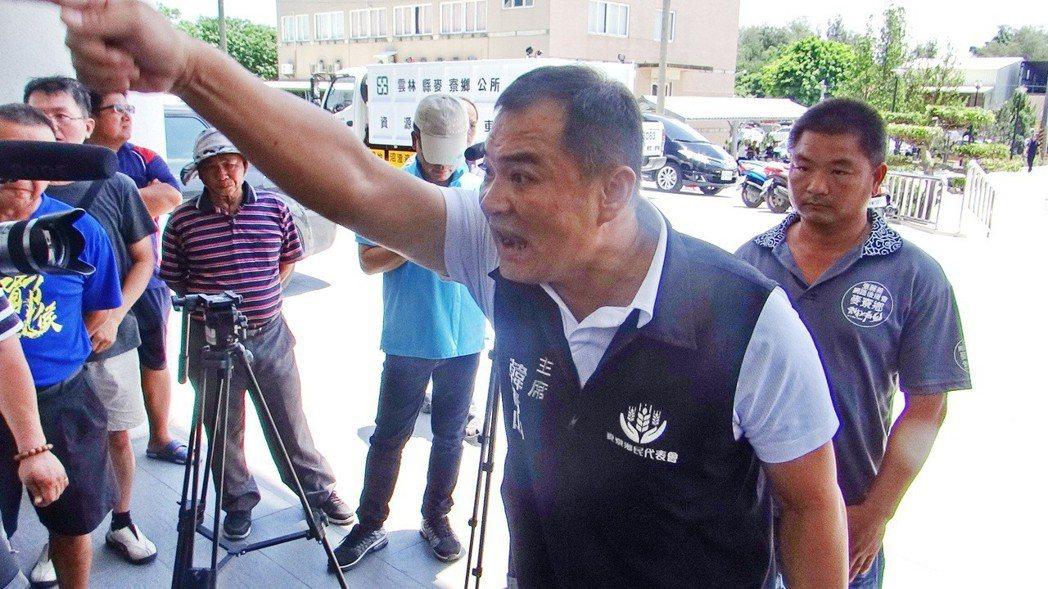 麥寮鄉代主席韓青山也激動要求公所和台塑要給鄉民一個合理交待,否則將抗爭到底。記者...