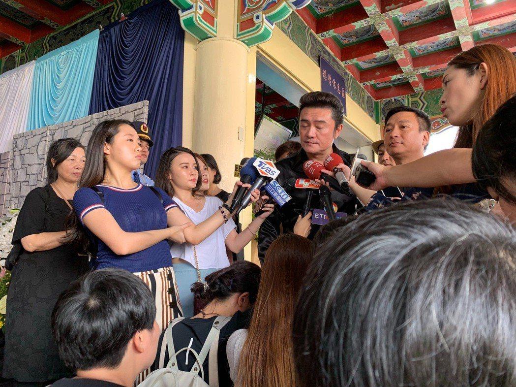 李㼈(左)、王中平出席馬如龍告別式。記者陳慧貞/攝影