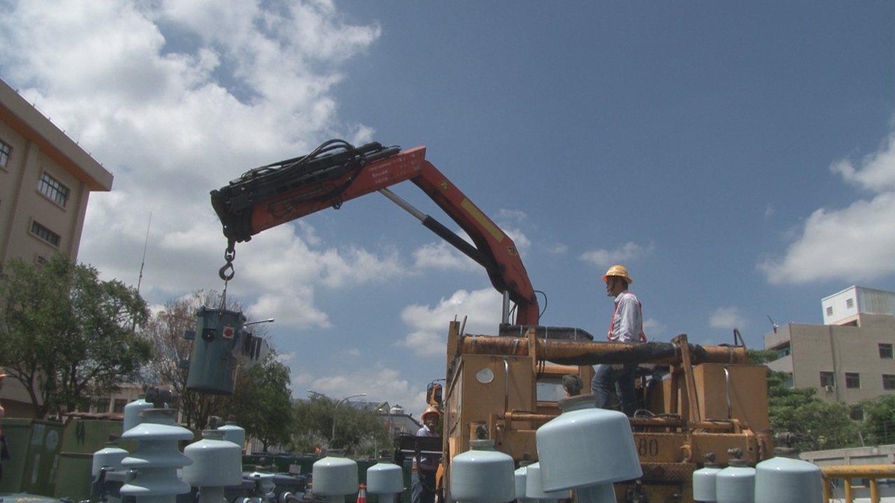 台電彰化區處新召募施工班24人今天成軍,並頂著烈日進行搶修演練。記者劉明岩/攝影