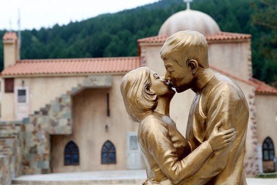雙宋擁吻被作成雕像。圖/摘自Mydaily
