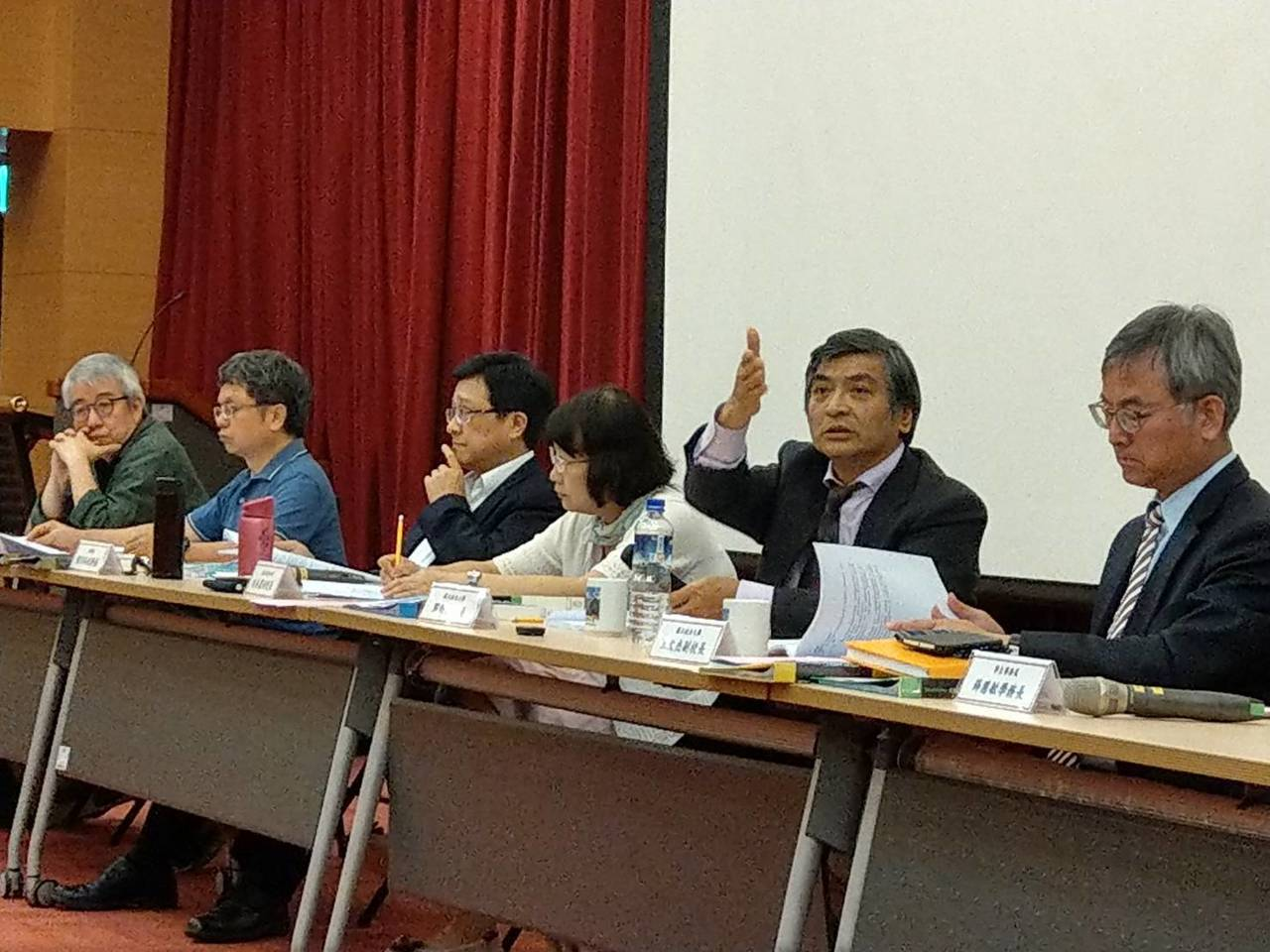 政大校長郭明政(右二)主持校務會議。圖╱政大提供