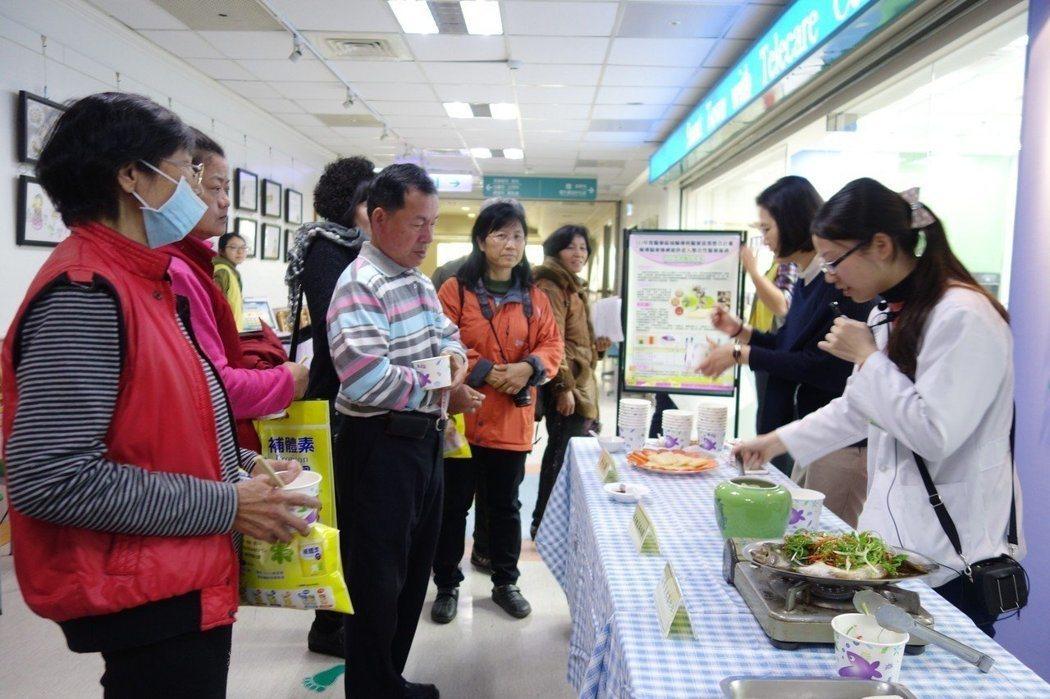 圖為醫院營養師教民眾烹煮健康年菜。 本報資料照片