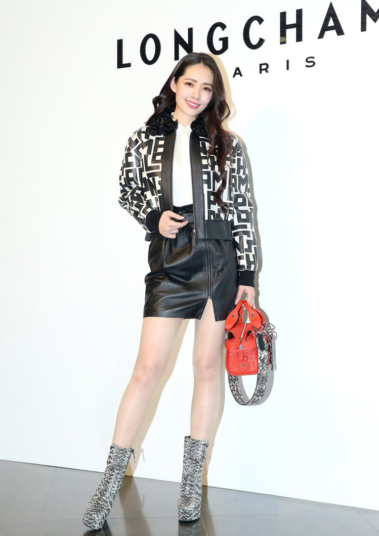 郭碧婷演繹LGP圖騰系列,羊皮夾克11萬3,100元、奔馬襯衫13,200元、開...