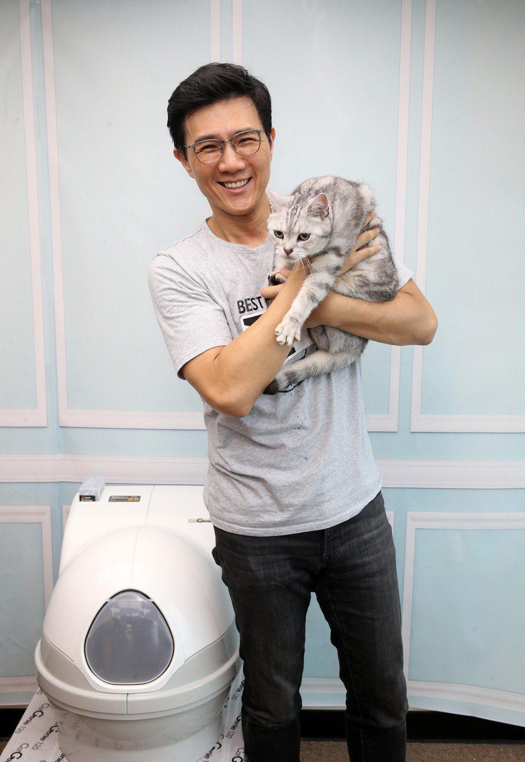 蔣偉文跟他的愛貓。記者曾吉松/攝影