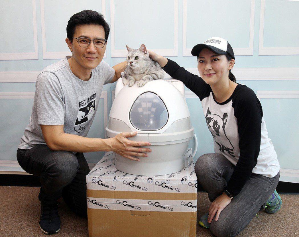 蔣偉文夫婦跟他的愛貓。記者曾吉松/攝影
