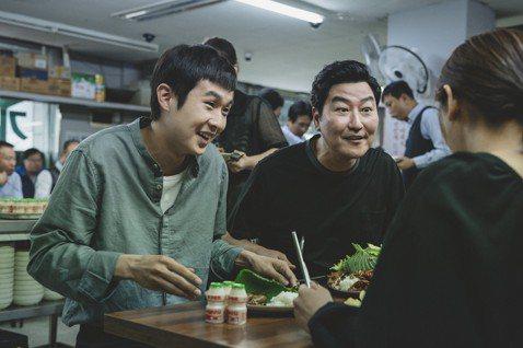 名導奉俊昊生涯巔峰新作「寄生上流」(Parasite)今日終於在台上映,本片不僅為韓國拿下史上第一座坎城影展金棕櫚獎,電影版權更銷售至全球202個國家成為韓國影史之最,在法國上映18天就打破紀錄成為...
