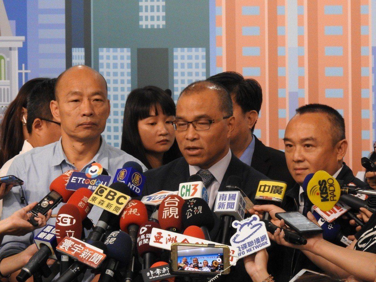 高雄市長韓國施政成果報告記者會後,副市長葉匡時報告調查結果,並要潘恒旭正式道歉。...