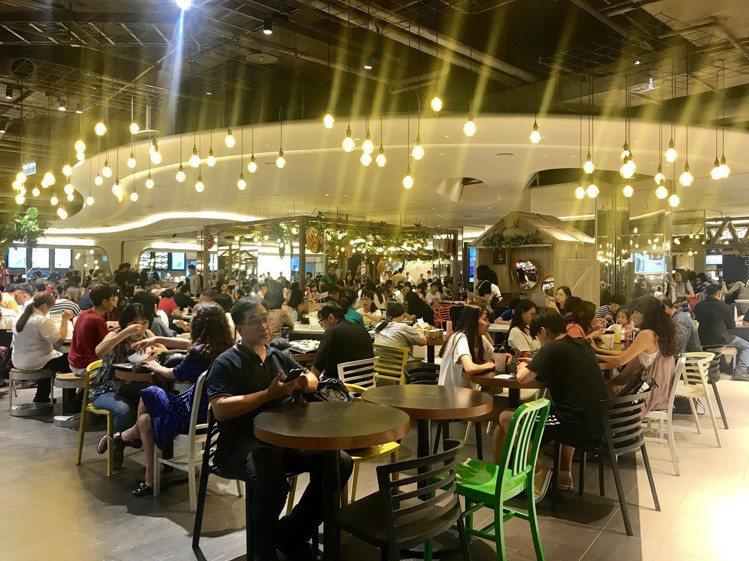 京站B3美食街改裝開幕,用餐時段人潮熱絡。記者江佩君/攝影