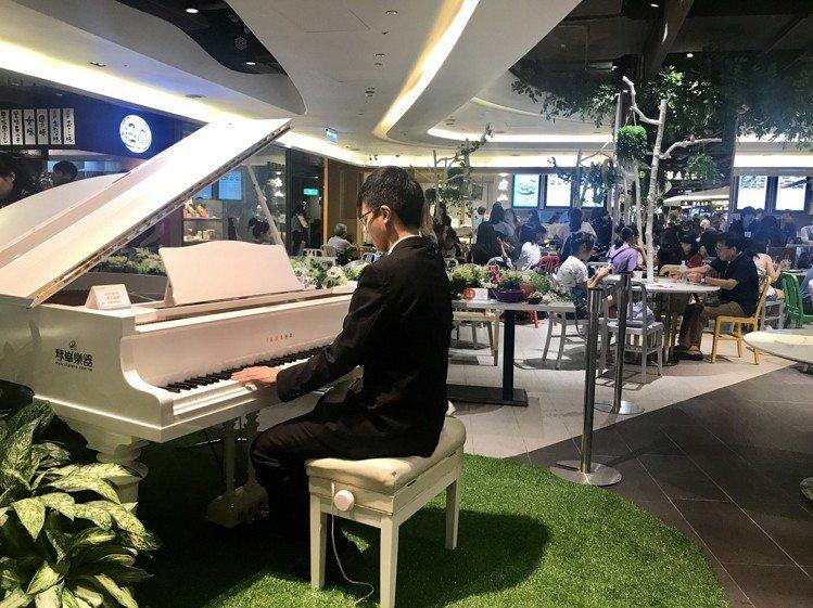 京站B3美食街架設三角演奏鋼琴定時在現場LIVE音樂演出。記者江佩君/攝影