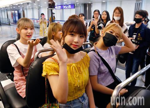由韓國選秀節目《PRODUCE 48》出道的限定女團「IZ*ONE」傍晚搭乘KE-693班機抵達桃園機場,她們還沒下飛機,管制區內就有來自日本、香港等地約20位粉絲等候接機,等到飛機一停靠,機上的粉...