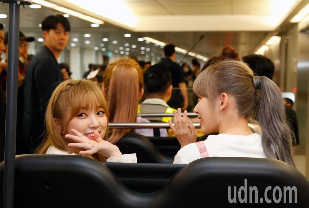 韓國限定女團「IZ*ONE」傍晚抵台,隨後搭上商務中心的車輛經由VIP通關,最後...