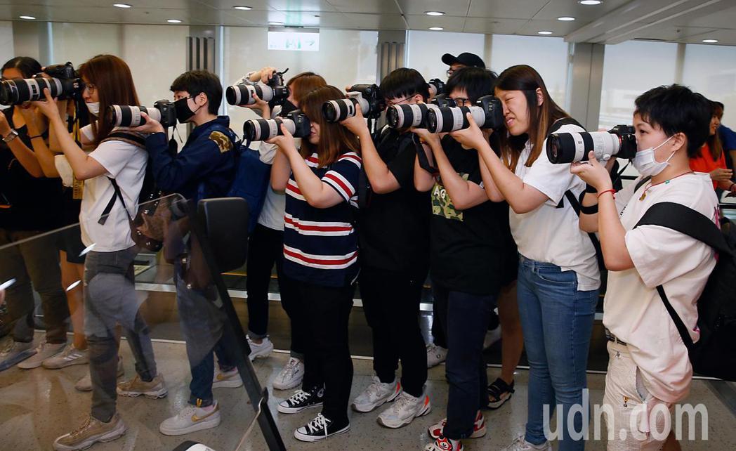韓國限定女團「IZ*ONE」傍晚抵台,管制區內有超過50位粉絲一起接機,大家不約...