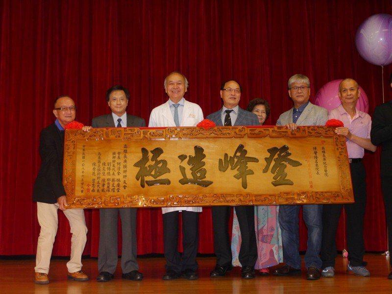 國內肝臟權威陳肇隆(左三)是首位獲得 ILTS終身成就獎的華人,肝友們自掏腰包打造匾額表達祝賀。記者徐白櫻/攝影