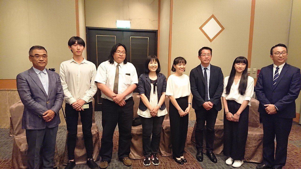 台北市不動產代銷公會副理事長王俊傑(左一)表示,透過公會的力量讓產學合作關係更加...