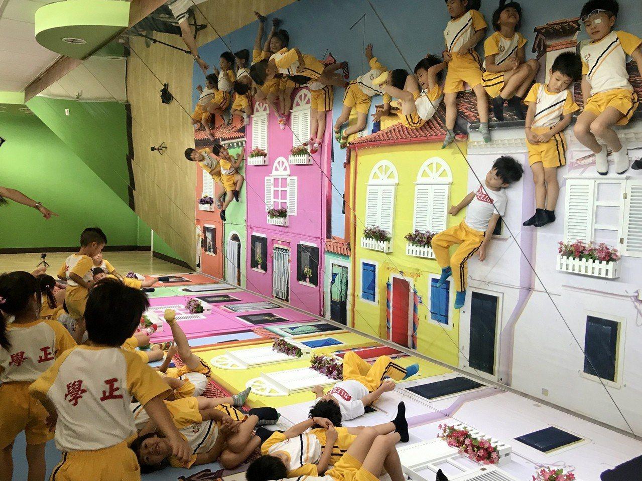 屏東藝術館3樓義大利彩色島的鏡射屋,讓小朋友能彷彿飄浮在空中。記者江國豪/攝影