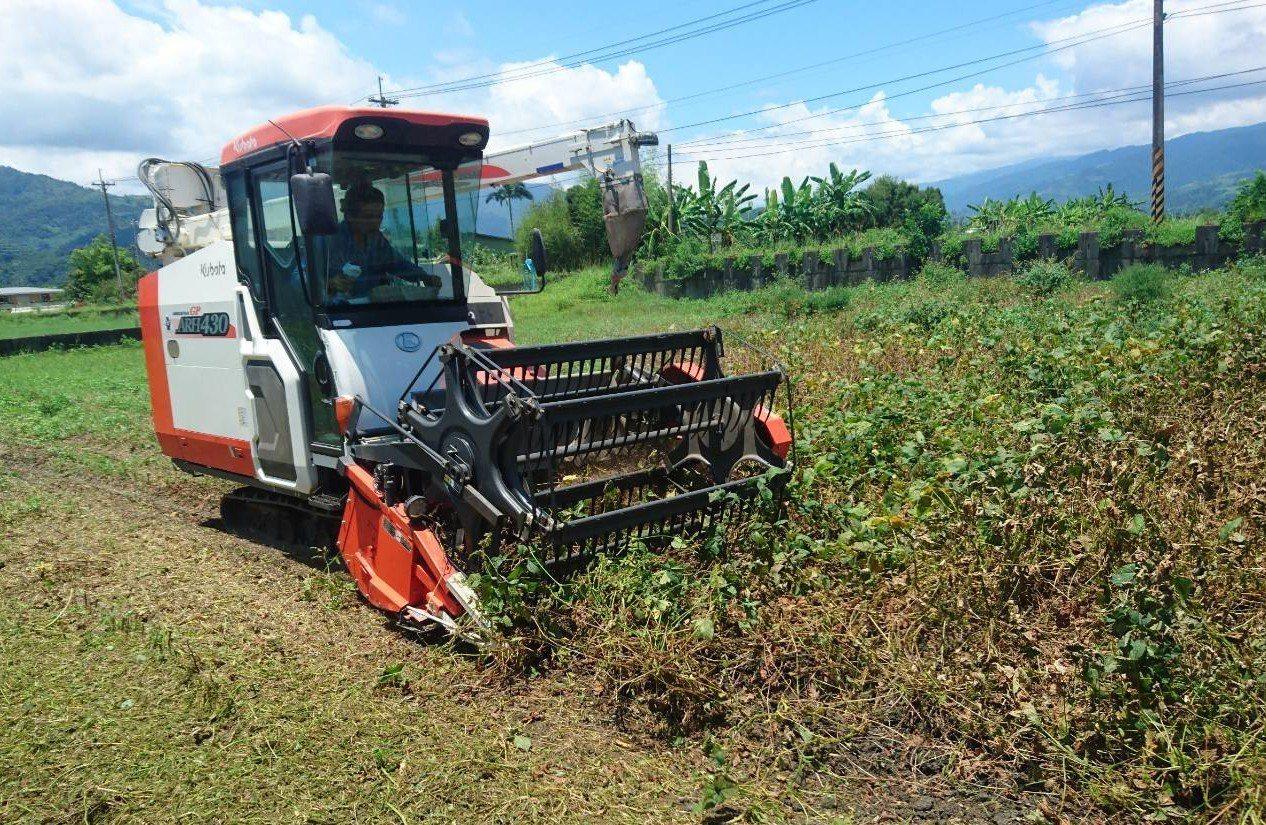 農民吳慶鐘引進宜蘭地區少見的大豆聯合收穫機,採收1公頃1天就可以完成。記者羅建旺...