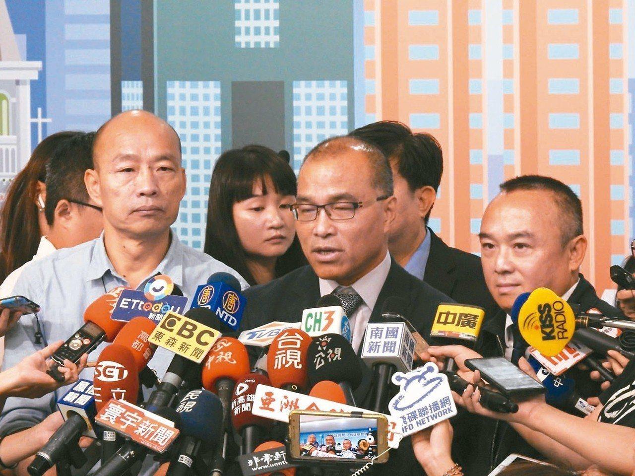 高市府觀光局長潘恒旭(右)惹來「幽靈小三通」爭議,市長韓國瑜(左)與副市長葉匡時...