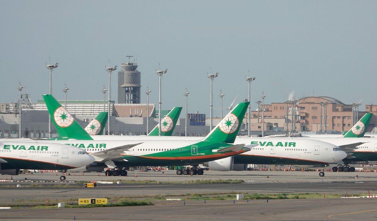 長榮航空表示,因為人力盤點、班機調度,以及空服員取回三寶的時間,希望在七月底之前...