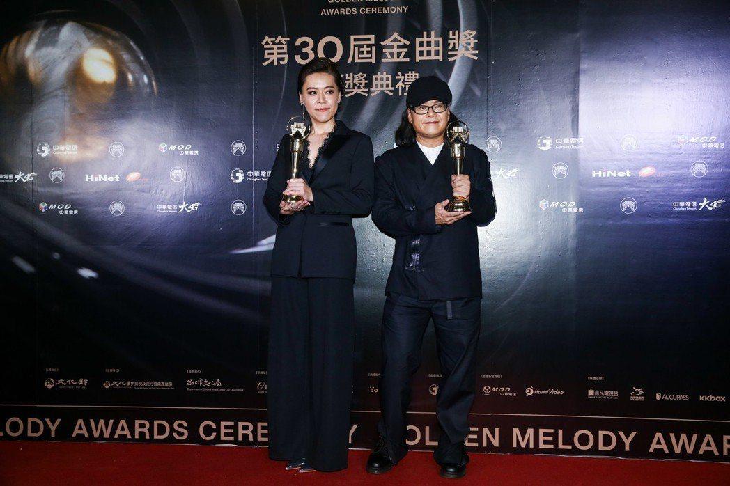 金曲獎台語最佳男女歌手流氓阿德(右)與江惠儀(左)同台。記者曾原信/攝影