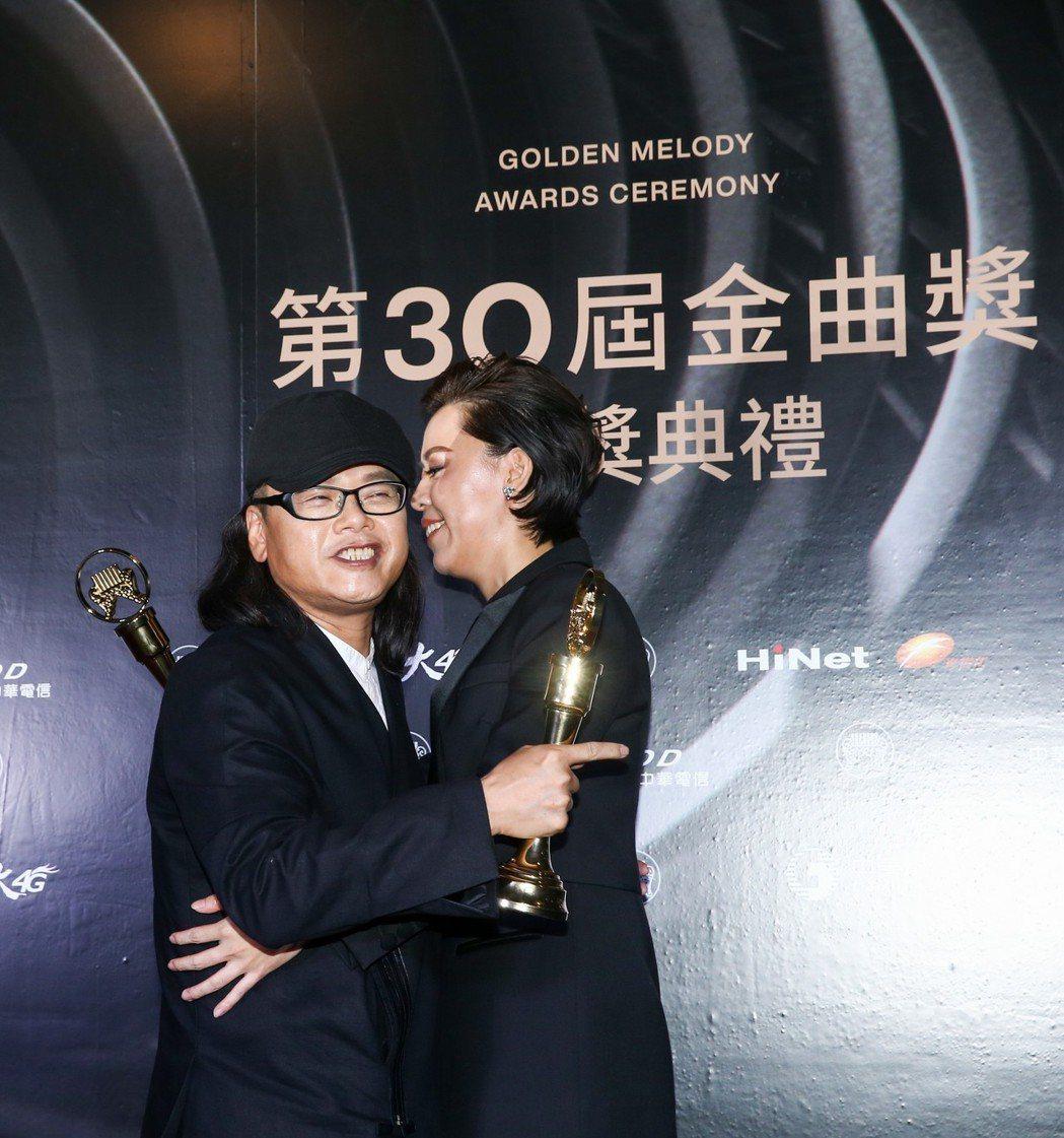 金曲獎台語最佳男女歌手流氓阿德(左)與江惠儀(右)同台。記者曾原信/攝影