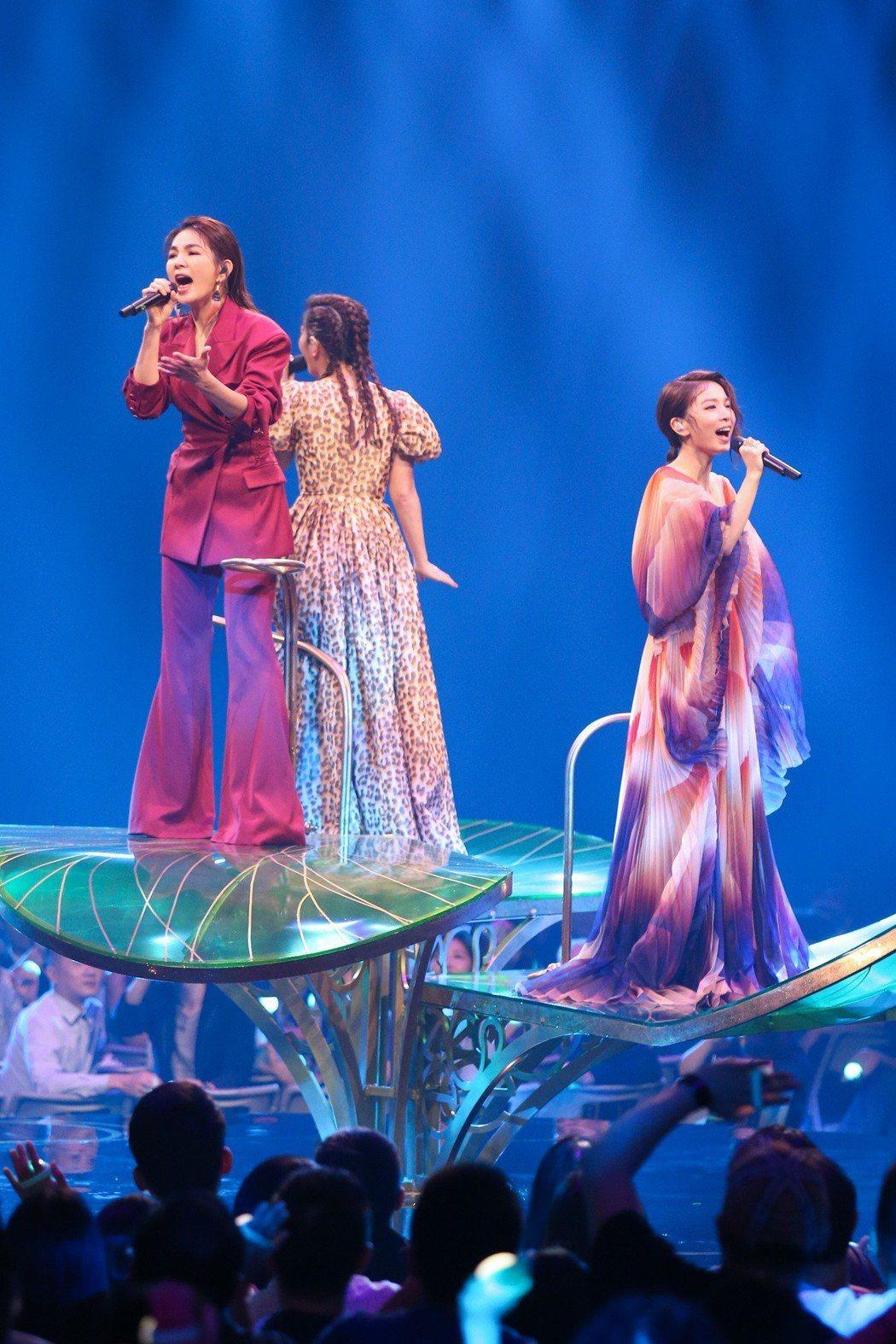 第30屆金曲獎,S.H.E.登上花式舞台帶來夢幻的演出。記者林伯東/攝影