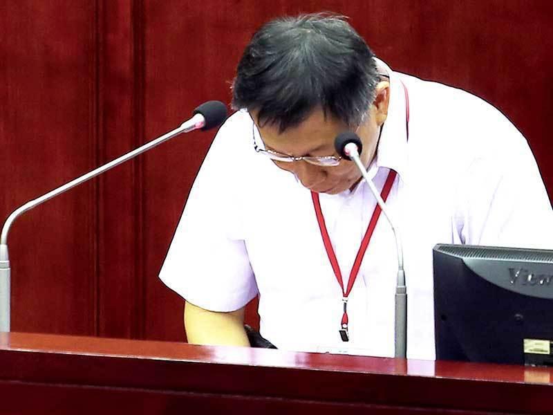 台北市長柯文哲在波卡風波中力挺愛將戴季全,但擋不住輿論批評,最後為波卡事件、搥桌...