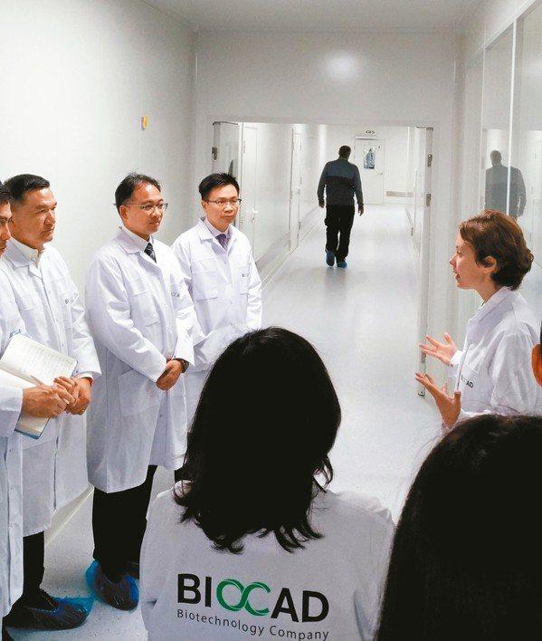 貿協董事長黃志芳(左3)率團至聖彼得堡參觀俄羅斯最大生技醫療公司Biocad生產...