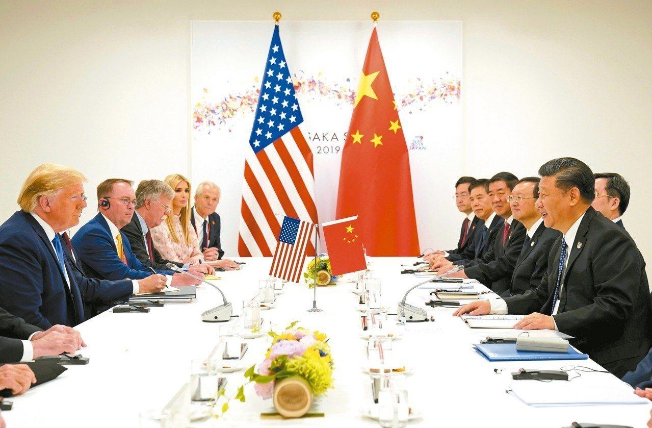 美國總統川普(左一)與中國大陸國家主席習近平(右一)合照後,雙方代表團開始協商,...