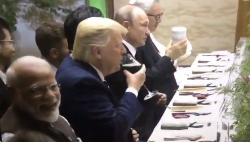 普丁拿著保溫瓶和川普敬酒,而川普則是拿著酒杯回敬。 圖擷自Darth Putin