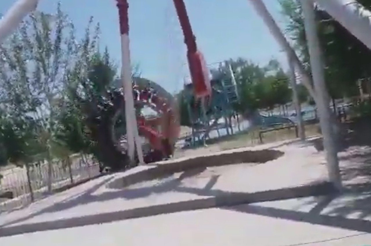 遊樂設施突然斷裂。圖/取自YouTube