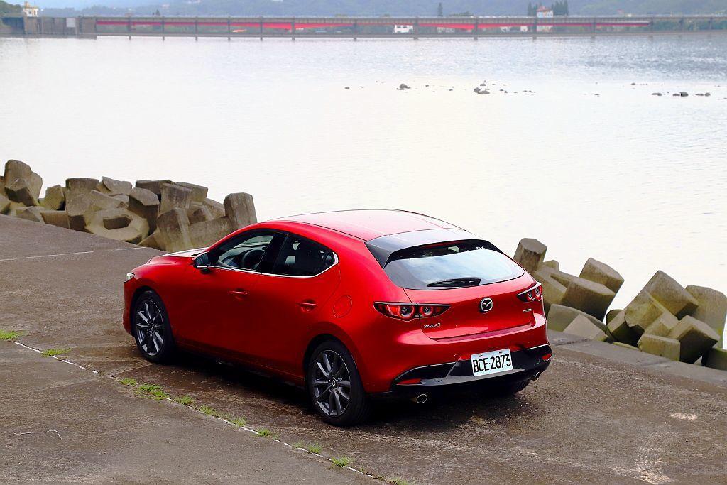 新世代Mazda 3公布正式售價後,若選擇最頂級車型加上特殊車色售價將超過100...