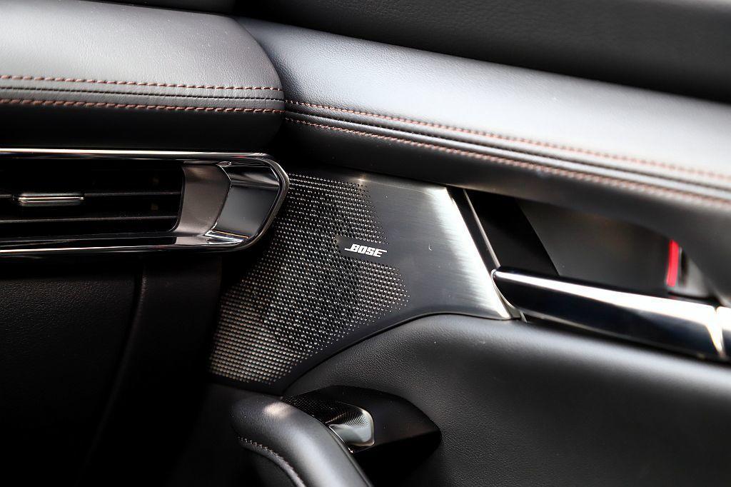 新Mazda 3車艙大量採用皮革包覆、對比縫線、金屬飾條營造高質感氛圍,手法直逼...